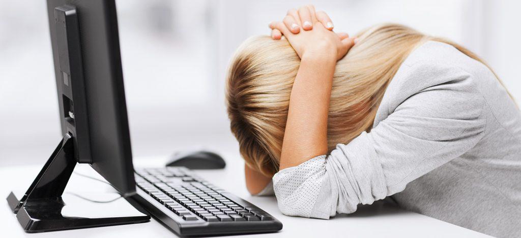 Kvinde med hovedbrud på kontoret