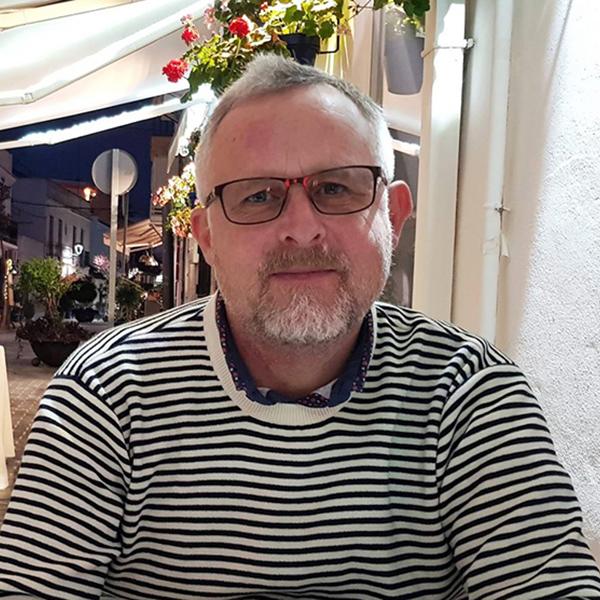 Erik Aalund sælger foder til hunde og katte
